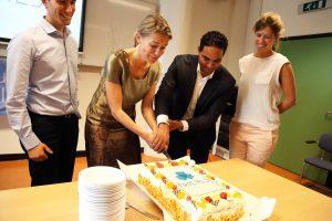 Sanne Piepers, neuroloog bij het ALS Centrum, en Yasser Mdaghri van Accenture snijden de taart aan